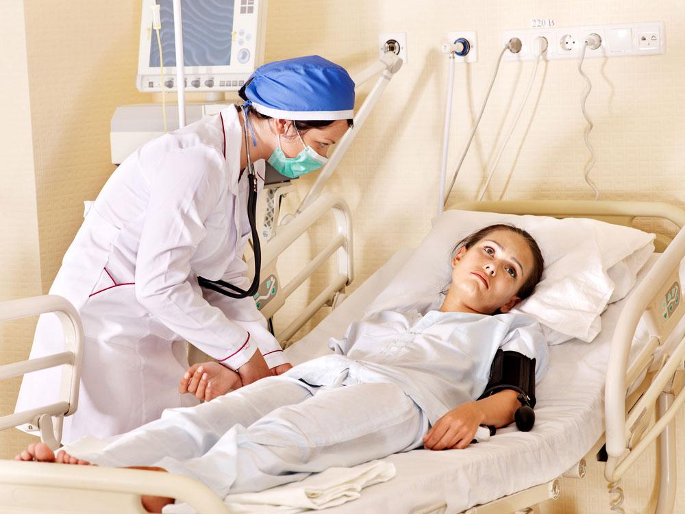 девушка в больничной койке