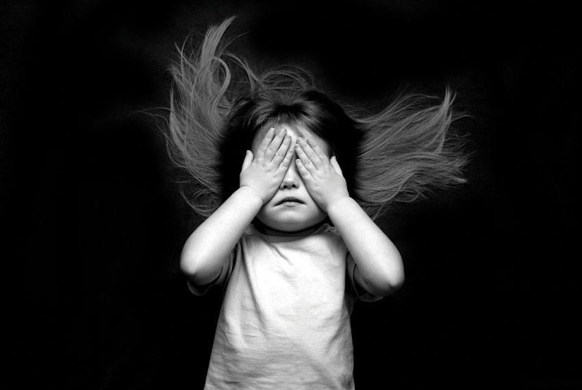 девочка закрывает глаза