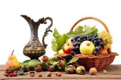 виноград с яблоками в вазе