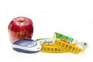 глюкометр, яблоко и сантиметр