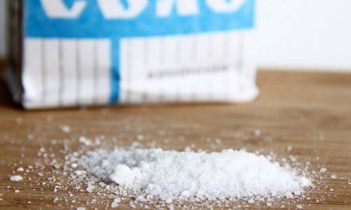 Зависит оттенок урины и от количества соли, поступающей в организм